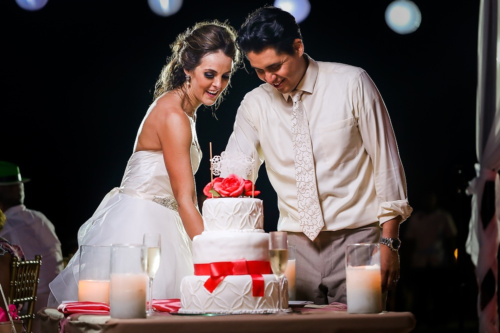 Polo_and_Jessica's_Destination_wedding_in_Mexico_cutting_the_cake